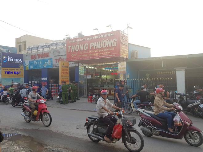 Hai thanh niên nghi nổ súng cướp tiệm vàng táo tợn ở vùng ven Sài Gòn - Ảnh 1.