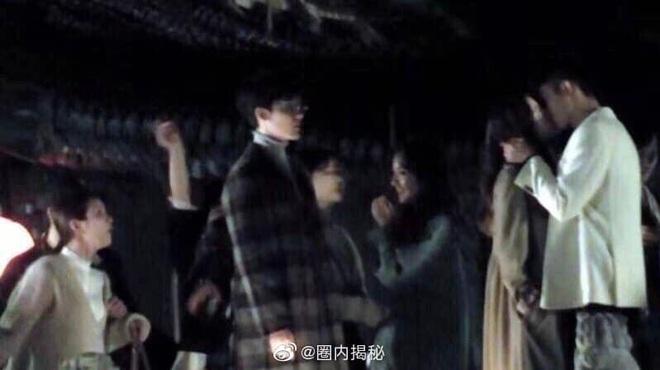 """Địch Lệ Nhiệt Ba hôn Hoàng Cảnh Du nồng nhiệt, nhưng netizen chỉ quan tâm đến trai đẹp """"Trần Tình Lệnh"""" là sao ta? - Ảnh 5."""