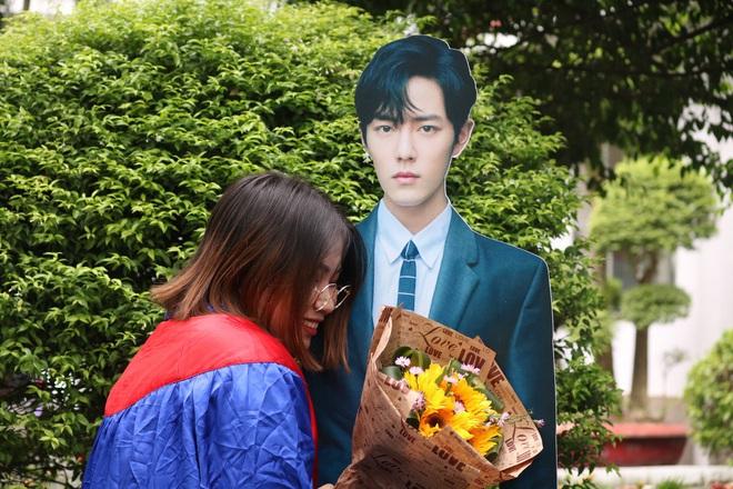 """Không có người yêu, nữ sinh Sài Gòn chơi lớn """"mời"""" Tiêu Chiến và Vương Nhất Bác đến lễ tốt nghiệp khiến cả trường lác mắt - ảnh 3"""