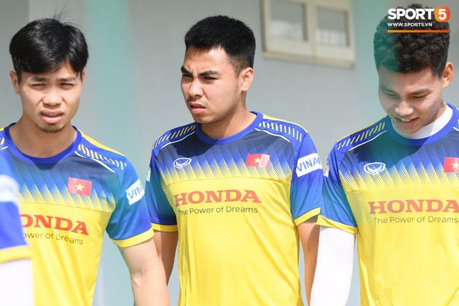 Công Phượng mải mê biểu diễn rê bóng, được HLV Park Hang-seo nhắc nhở riêng trong buổi tập sau trận đấu với UAE - ảnh 14