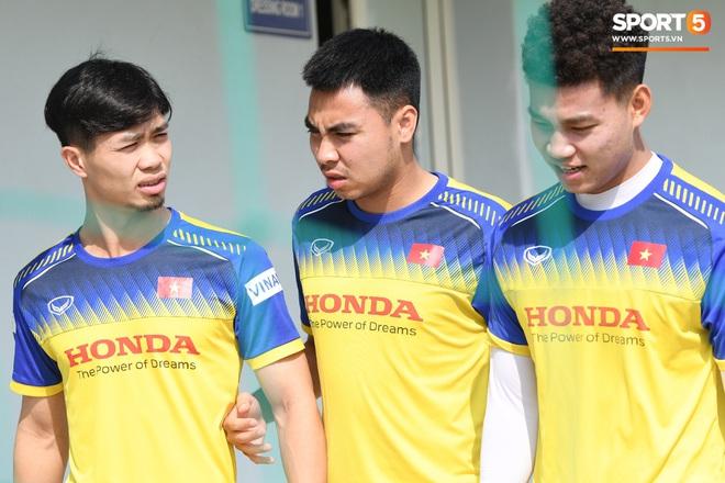 Công Phượng mải mê biểu diễn rê bóng, được HLV Park Hang-seo nhắc nhở riêng trong buổi tập sau trận đấu với UAE - ảnh 13