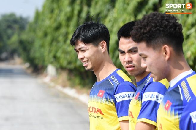Công Phượng mải mê biểu diễn rê bóng, được HLV Park Hang-seo nhắc nhở riêng trong buổi tập sau trận đấu với UAE - ảnh 12