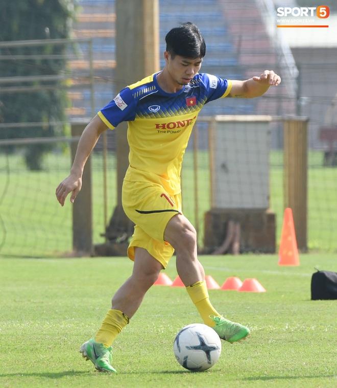 Công Phượng mải mê biểu diễn rê bóng, được HLV Park Hang-seo nhắc nhở riêng trong buổi tập sau trận đấu với UAE - ảnh 2