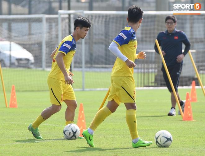 Công Phượng mải mê biểu diễn rê bóng, được HLV Park Hang-seo nhắc nhở riêng trong buổi tập sau trận đấu với UAE - ảnh 4