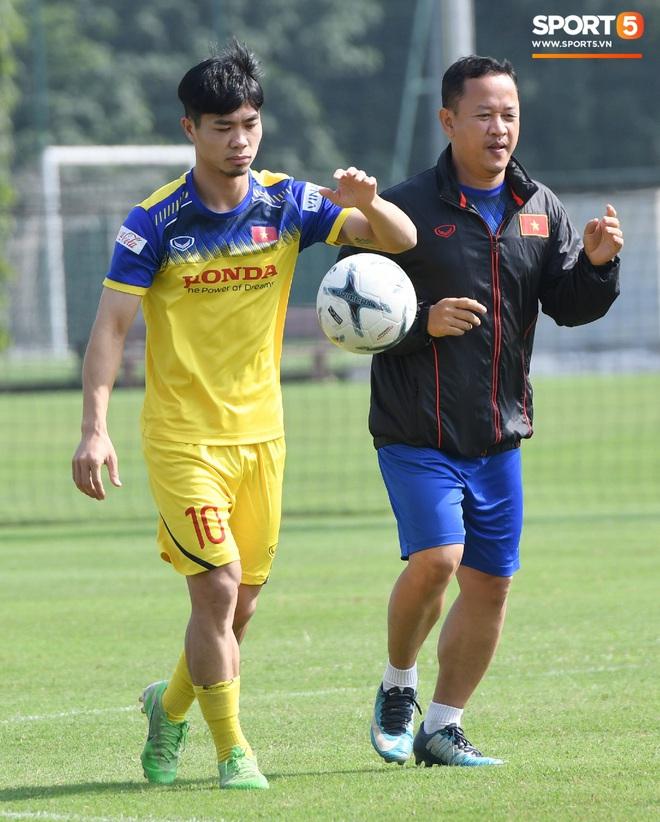 Công Phượng mải mê biểu diễn rê bóng, được HLV Park Hang-seo nhắc nhở riêng trong buổi tập sau trận đấu với UAE - ảnh 1