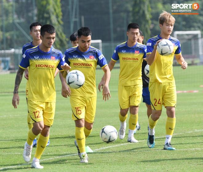 Công Phượng mải mê biểu diễn rê bóng, được HLV Park Hang-seo nhắc nhở riêng trong buổi tập sau trận đấu với UAE - ảnh 7