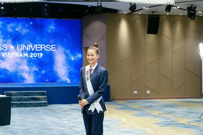 Tương tự Hương Ly, Hoàng Thùy mặc vest đi phỏng vấn thi Hoa hậu và lập tức gây tranh cãi - ảnh 1