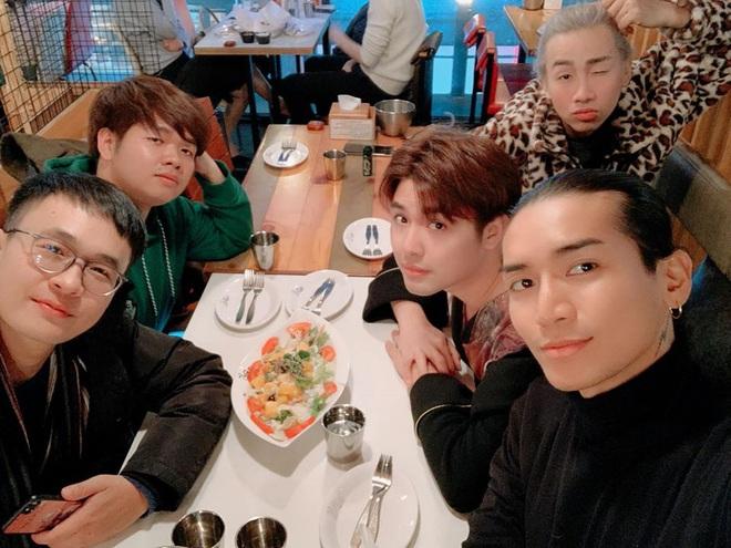 """Sang Hàn Quốc chưa thấy BB Trần làm gì ngoài… đi ăn: Sáng livestream ăn bánh ngọt, tối ăn """"nhè nhẹ"""" nguyên mâm gà rán - Ảnh 5."""
