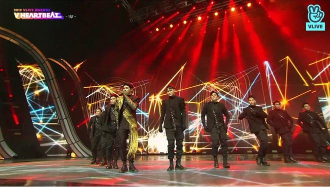 Noo Phước Thịnh biểu diễn hit mới đầy đẳng cấp trên sân khấu Hàn Quốc, BTS vắng mặt vẫn gây bùng nổ! - Ảnh 2.