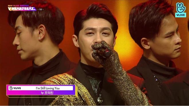 Noo Phước Thịnh biểu diễn hit mới đầy đẳng cấp trên sân khấu Hàn Quốc, BTS vắng mặt vẫn gây bùng nổ! - Ảnh 1.