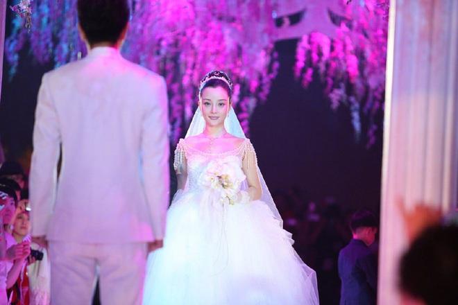 Nhìn lại váy cưới 3,5 tỷ choáng ngợp bậc nhất Cbiz của Lý Tiểu Lộ xưa kia lại càng thấy tiếc cho chuyện tình đã từng là cổ tích  - Ảnh 1.