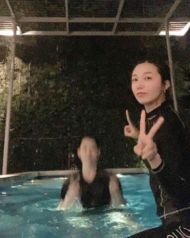"""Lại thêm idol Kpop vi vu Việt Nam: Eunji (Apink) bí mật sang Đà Nẵng, đưa em trai vừa thi đại học """"xả"""" stress - ảnh 1"""