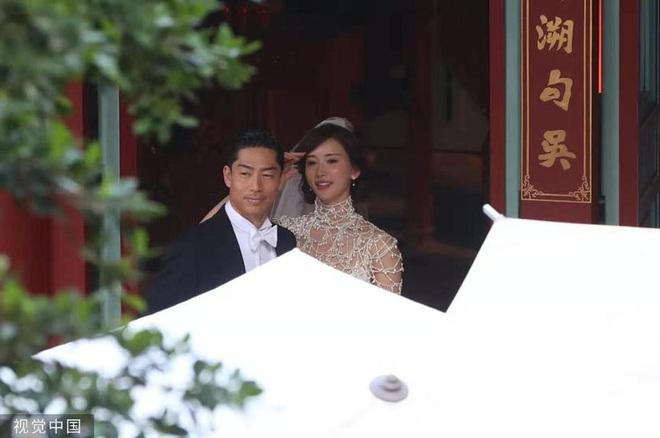 Bị phản đối dữ dội, siêu mẫu ngực khủng xứ Đài Lâm Chí Linh vẫn váy cưới lộng lẫy tập dượt trước hôn lễ với chồng Nhật kém 7 tuổi - Ảnh 1.
