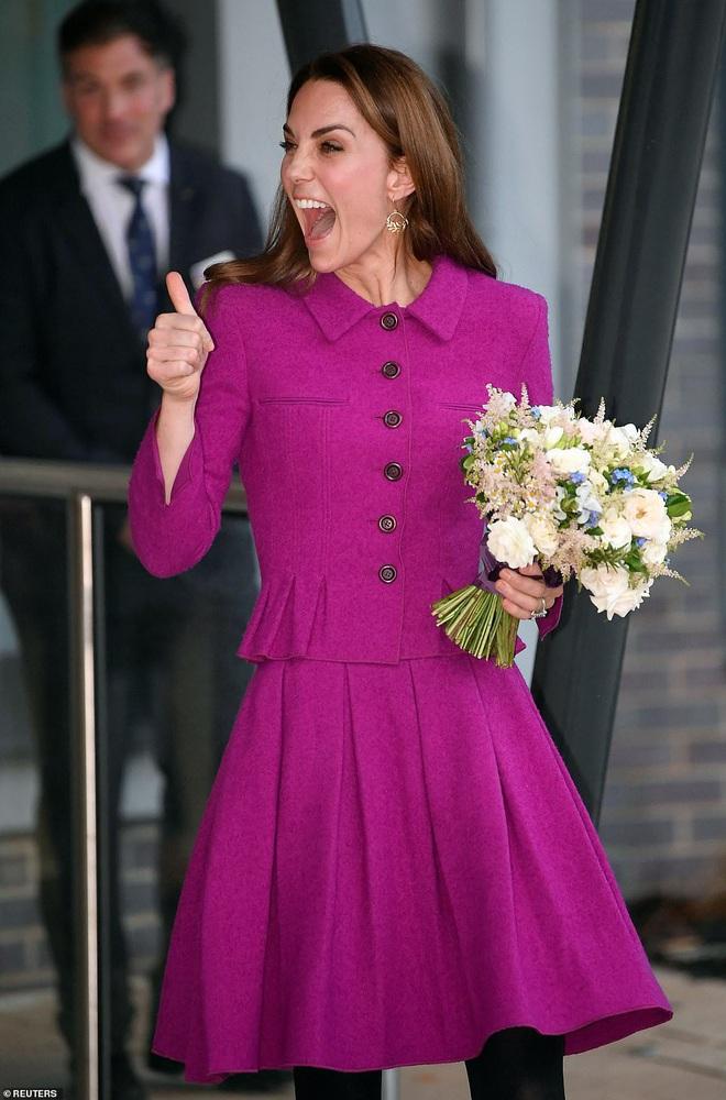 Diện đồ tím chuẩn trend, Công nương Kate lại khiến dân tình nhớ đến hình ảnh của mẹ chồng Diana - ảnh 4