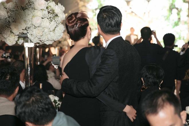 Hồ Hoài Anh hôn má Lưu Hương Giang tại lễ cưới Giang Hồng Ngọc, tích cực tình tứ hậu sóng gió hôn nhân - ảnh 2