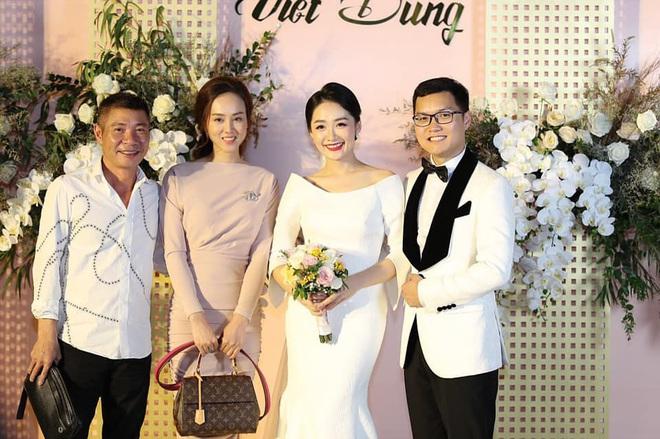 NSND Công Lý sánh đôi tình tứ bên bạn gái kém 15 tuổi, tay trong tay xuất hiện trong đám cưới của BTV Thu Hà - ảnh 1