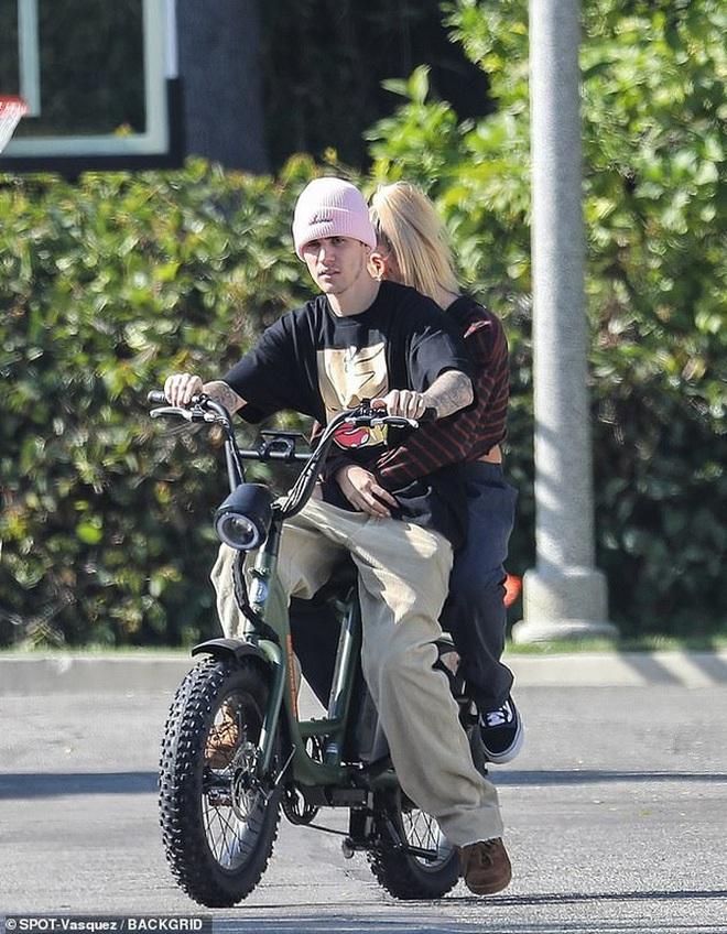 Bị chỉ trích trong trận chiến Taylor - Scooter, Justin Bieber bình thản đưa vợ đạp xe và còn tỏ thái độ - ảnh 4