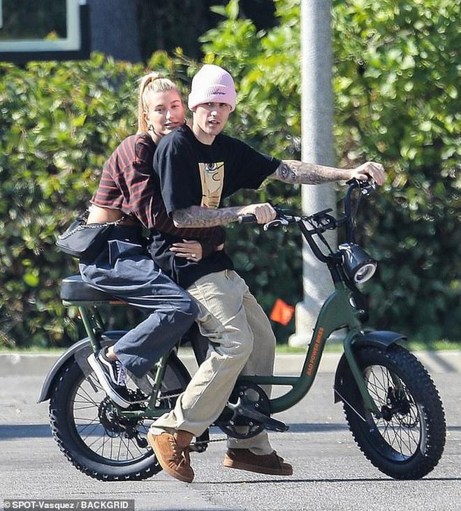 Bị chỉ trích trong trận chiến Taylor - Scooter, Justin Bieber bình thản đưa vợ đạp xe và còn tỏ thái độ - ảnh 5