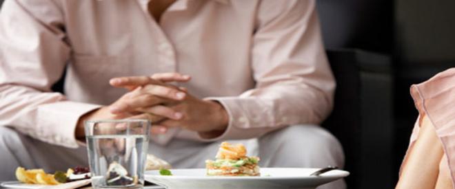 Giữ thói quen uống nước trong khi ăn sẽ ảnh hưởng xấu đến sức khỏe - ảnh 1