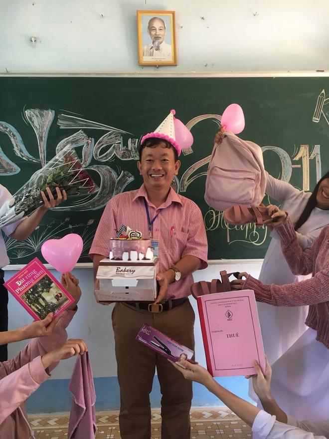 Thầy giáo siêu cấp dễ thương chụp ảnh tone-sur-tone bắt trend cùng học trò trước thềm 20/11 - ảnh 1