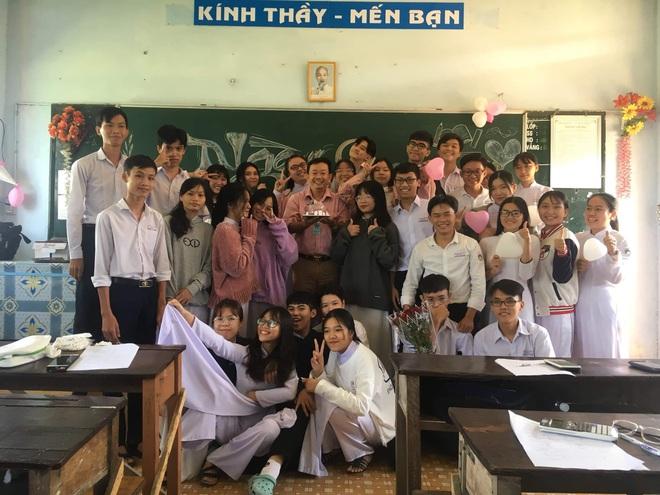 Thầy giáo siêu cấp dễ thương chụp ảnh tone-sur-tone bắt trend cùng học trò trước thềm 20/11 - ảnh 2