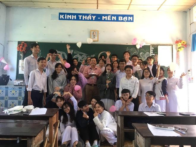 Thầy giáo siêu cấp dễ thương chụp ảnh tone-sur-tone bắt trend cùng học trò trước thềm 20/11 - ảnh 3