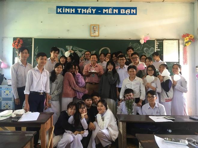 Thầy giáo siêu cấp dễ thương chụp ảnh tone-sur-tone bắt trend cùng học trò trước thềm 20/11 - ảnh 4