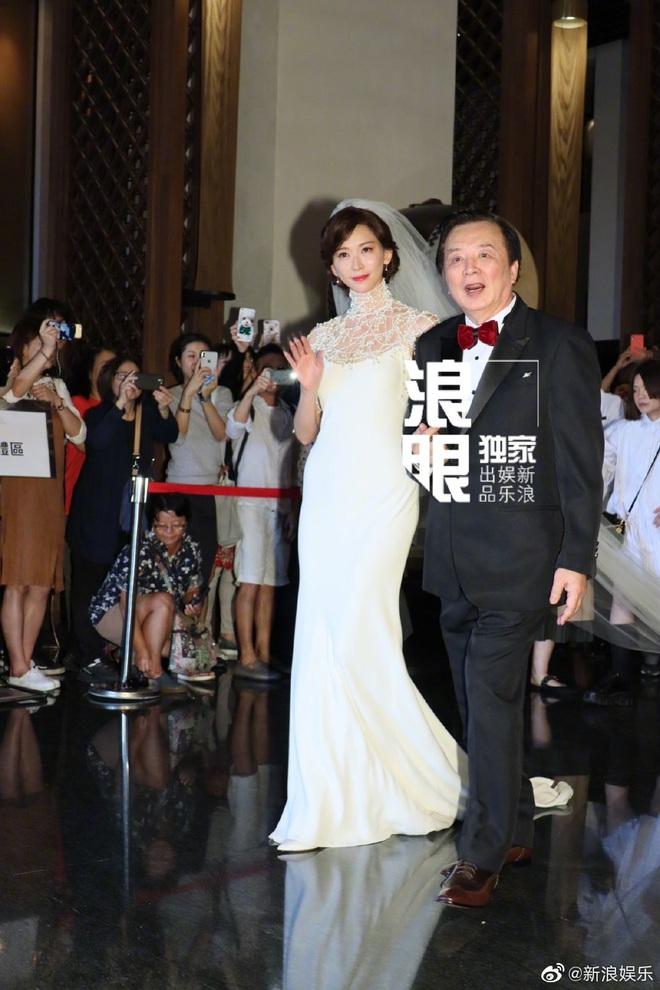 Đám cưới Lâm Chí Linh: Cận cảnh chiếc váy cưới phủ ngọc trai của cô dâu 45 tuổi - ảnh 1