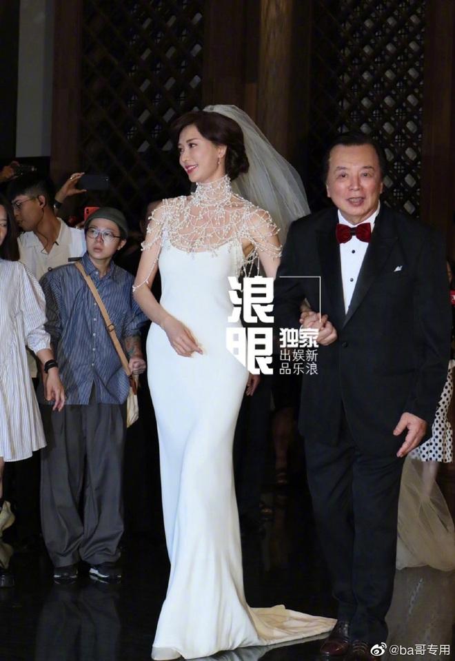 Đám cưới Lâm Chí Linh: Cận cảnh chiếc váy cưới phủ ngọc trai của cô dâu 45 tuổi - ảnh 2