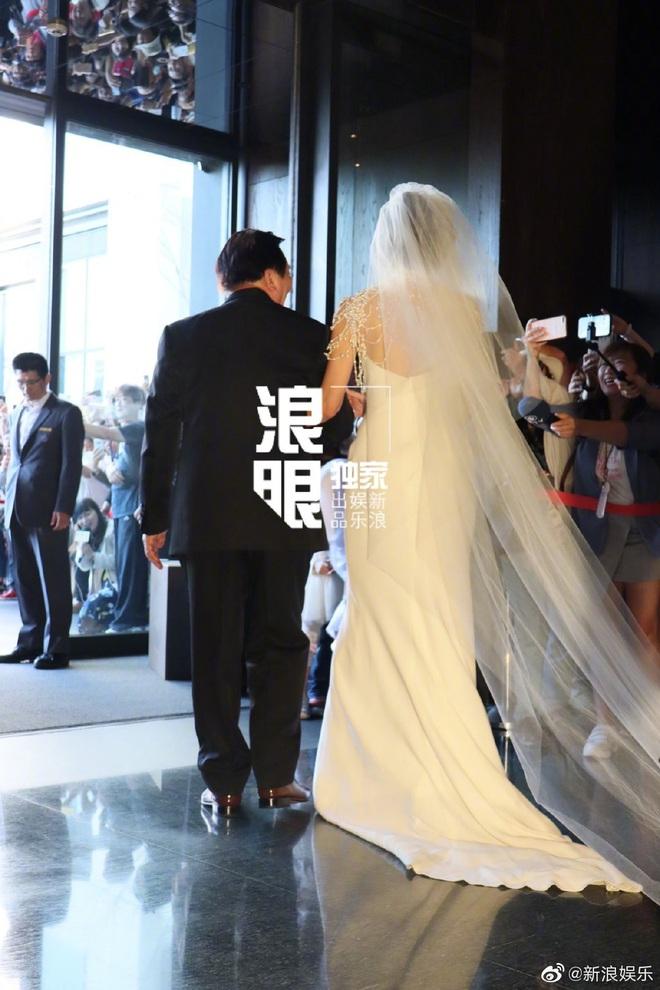 Đám cưới Lâm Chí Linh: Cận cảnh chiếc váy cưới phủ ngọc trai của cô dâu 45 tuổi - ảnh 3