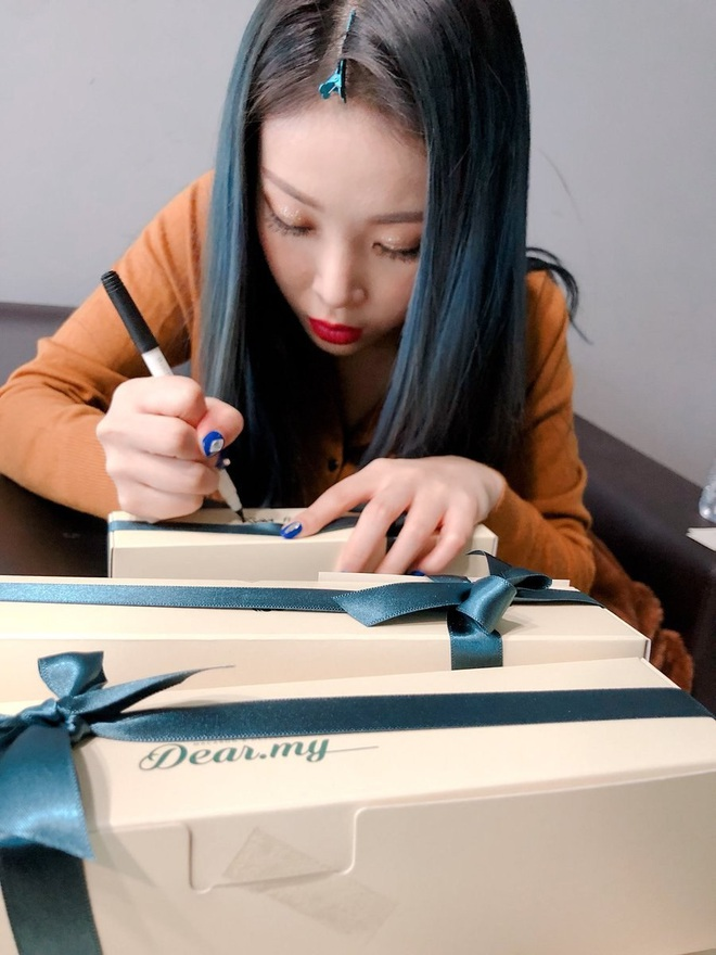 """Khi idol tặng quà đắt tiền cho fan: Jennie, HyunA,… tặng mĩ phẩm xa xỉ, quà của """"tình đầu quốc dân"""" lên đến 1,3 tỉ đồng - Ảnh 5."""