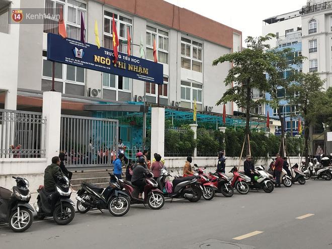 Không còn cảnh chen lấn xô đẩy, phụ huynh ở Hà Nội xếp hàng đón con một cách ngăn nắp đáng kinh ngạc - Ảnh 12.