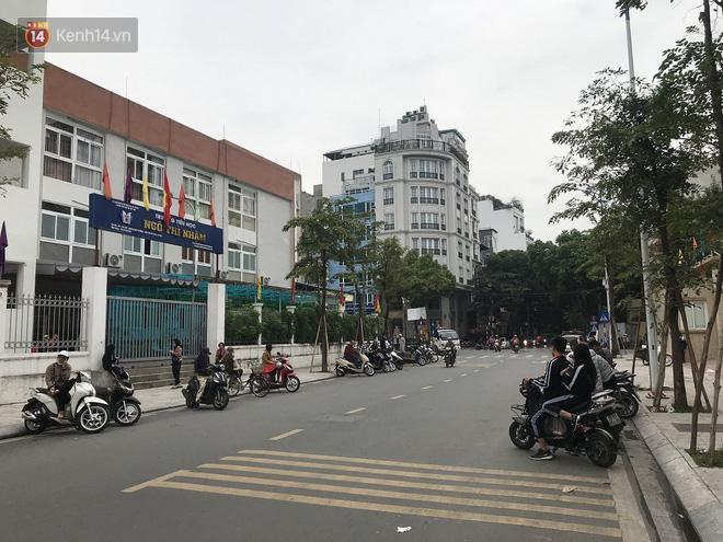 Không còn cảnh chen lấn xô đẩy, phụ huynh ở Hà Nội xếp hàng đón con một cách ngăn nắp đáng kinh ngạc - Ảnh 14.