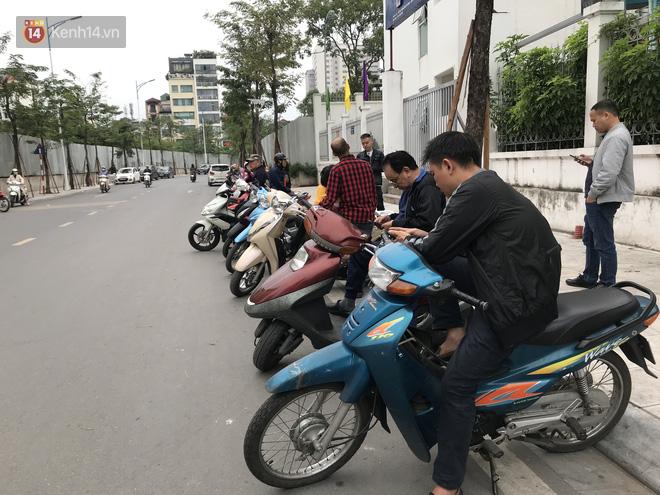 Không còn cảnh chen lấn xô đẩy, phụ huynh ở Hà Nội xếp hàng đón con một cách ngăn nắp đáng kinh ngạc - Ảnh 3.