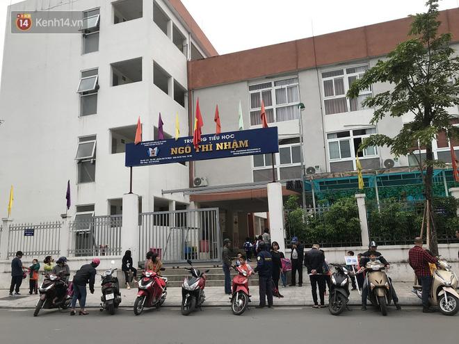 Không còn cảnh chen lấn xô đẩy, phụ huynh ở Hà Nội xếp hàng đón con một cách ngăn nắp đáng kinh ngạc - Ảnh 6.
