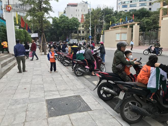 Không còn cảnh chen lấn xô đẩy, phụ huynh ở Hà Nội xếp hàng đón con một cách ngăn nắp đáng kinh ngạc - Ảnh 7.