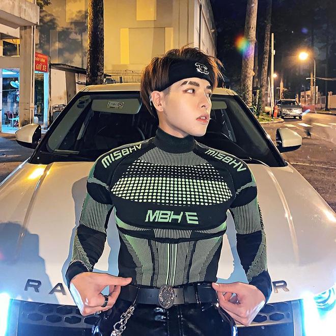 Đức Phúc tiếp nối style siêu nhân của Quỳnh Anh Shyn, có điều ai cũng chỉ chú ý đến body cực manly của anh chàng - ảnh 2