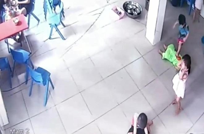 Sốc: Bé trai 17 tháng tuổi bị bạn cùng lớp giẫm lên người - ảnh 1