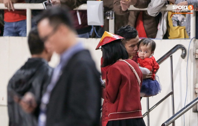 Đội trưởng Quế Ngọc Hải hôn con gái Sunny, Duy Mạnh mang nước cho mẹ và bạn gái sau trận hoà Thái Lan - ảnh 2