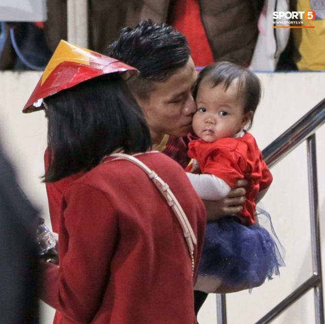 Đội trưởng Quế Ngọc Hải hôn con gái Sunny, Duy Mạnh mang nước cho mẹ và bạn gái sau trận hoà Thái Lan - ảnh 3