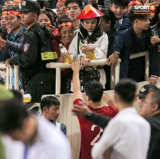 Đội trưởng Quế Ngọc Hải hôn con gái Sunny, Duy Mạnh mang nước cho mẹ và bạn gái sau trận hoà Thái Lan - ảnh 6
