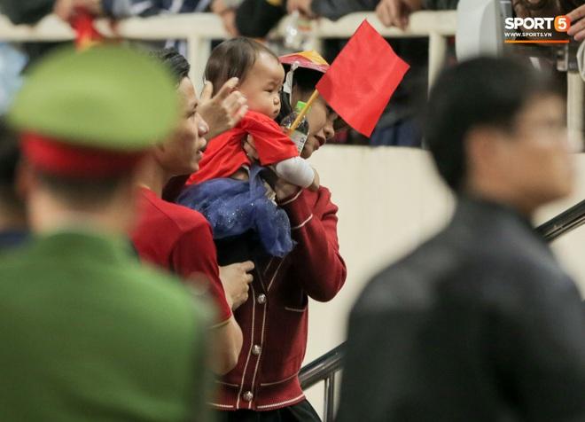 Đội trưởng Quế Ngọc Hải hôn con gái Sunny, Duy Mạnh mang nước cho mẹ và bạn gái sau trận hoà Thái Lan - ảnh 4