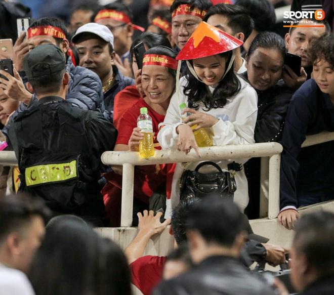 Đội trưởng Quế Ngọc Hải hôn con gái Sunny, Duy Mạnh mang nước cho mẹ và bạn gái sau trận hoà Thái Lan - ảnh 5