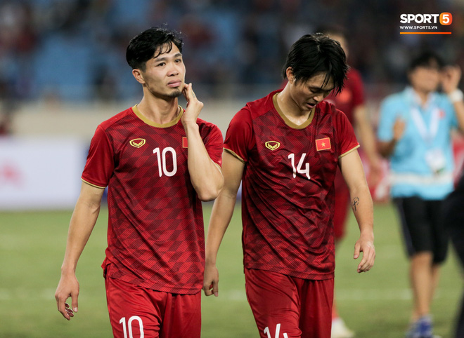 Đội trưởng Quế Ngọc Hải hôn con gái Sunny, Duy Mạnh mang nước cho mẹ và bạn gái sau trận hoà Thái Lan - ảnh 9