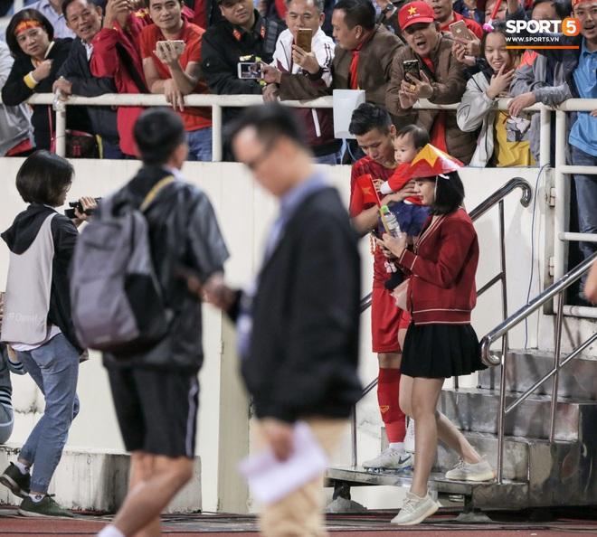 Đội trưởng Quế Ngọc Hải hôn con gái Sunny, Duy Mạnh mang nước cho mẹ và bạn gái sau trận hoà Thái Lan - ảnh 1