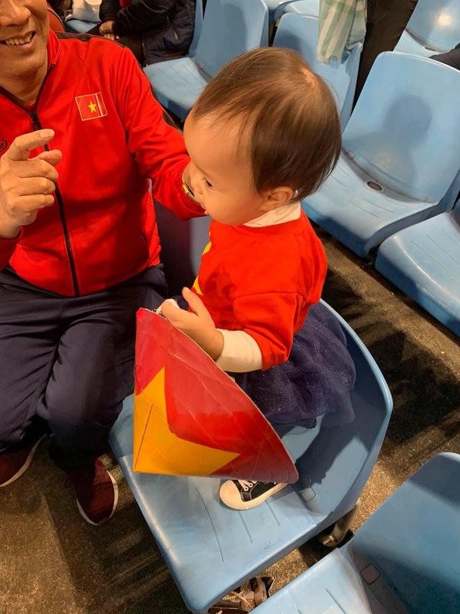 Lần đầu tiên ra sân cổ vũ tuyển Việt Nam, con gái Quế Ngọc Hải chiếm luôn spotlight giữa hơn 40k khán giả ở chảo lửa Mỹ Đình - ảnh 5