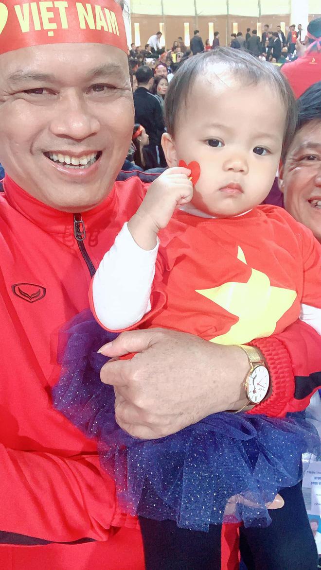 Lần đầu tiên ra sân cổ vũ tuyển Việt Nam, con gái Quế Ngọc Hải chiếm luôn spotlight giữa hơn 40k khán giả ở chảo lửa Mỹ Đình - ảnh 4