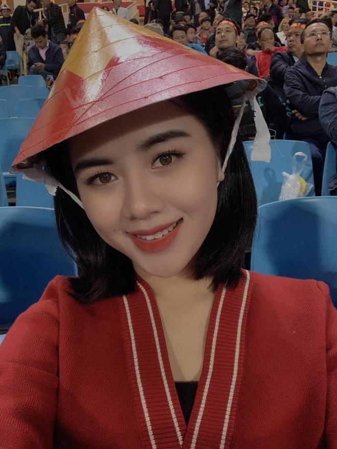 Lần đầu tiên ra sân cổ vũ tuyển Việt Nam, con gái Quế Ngọc Hải chiếm luôn spotlight giữa hơn 40k khán giả ở chảo lửa Mỹ Đình - ảnh 6