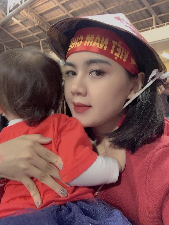 Lần đầu tiên ra sân cổ vũ tuyển Việt Nam, con gái Quế Ngọc Hải chiếm luôn spotlight giữa hơn 40k khán giả ở chảo lửa Mỹ Đình - ảnh 7