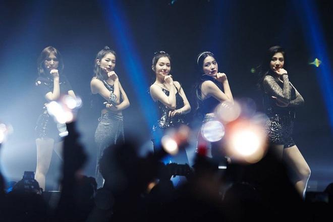 Khoảnh khắc rớt tóc giả của Seulgi (Red Velvet) bỗng hot trở lại khiến fan cười lăn cười bò, phản ứng của các thành viên còn hài hước hơn - ảnh 1